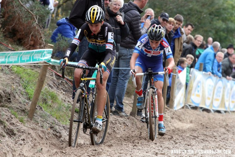 Sanne Cant was able to ride mistake-free. Overtaking Nikki Harris for the win at Superprestige Zonhoven. © Bart Hazen