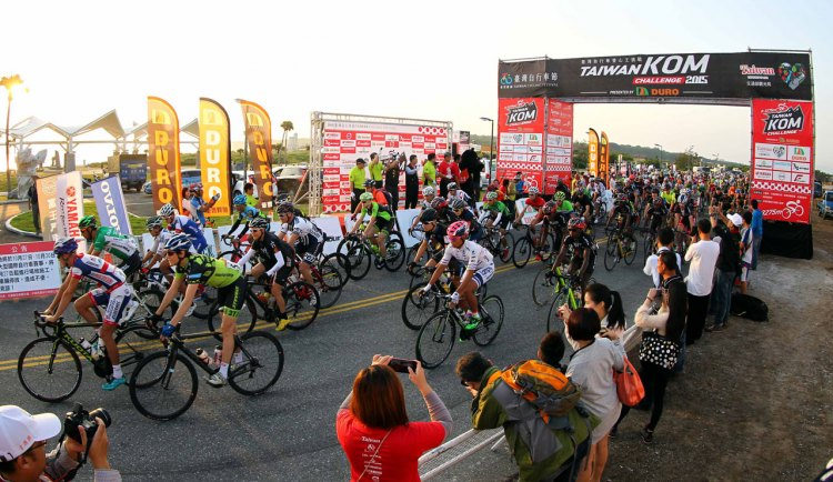 The start of the Taiwan KOM challenge, with our author near the front of the pack in green. Photo courtesy of Christine Vardaros
