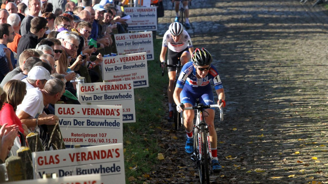 Sanne Cant drives the pace up the Koppenberg. © Bart Hazen