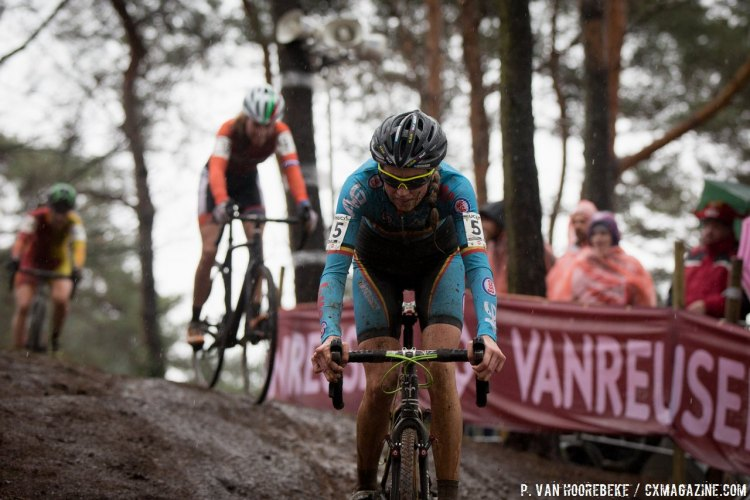 Femke Van den Driessche having a disastrous Women's U23 race at the 2016 Cyclocross World Championships in Zolder. © Pieter Van Hoorebeke / Cyclocross Magazine