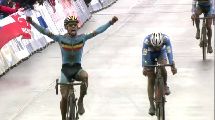Eli Iserbyt sprints over Adam Toupalik to win the 2016 U23 Men's title.