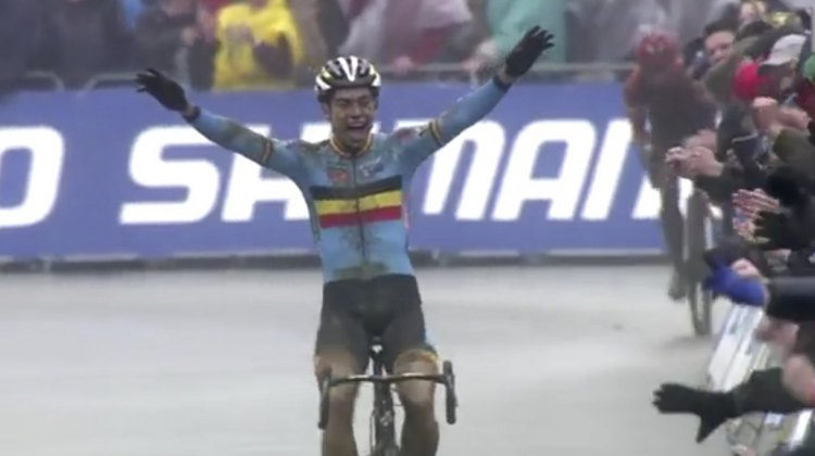 Wout van Aert takes the 2016 Cyclocross World Championships over Lars van der Haar