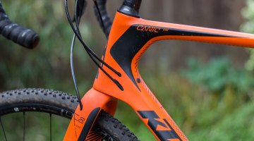 Smooth contours and internal cable routing make the Canic a looker. © Clifford Yee / Cyclocross Magazine
