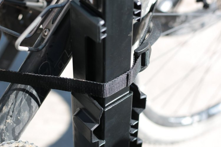 Allen Sports S535 Premier 3-bike hitch rack uses a nylon webbing strap to prevent bikes from swinging. © Cyclocross Magazine