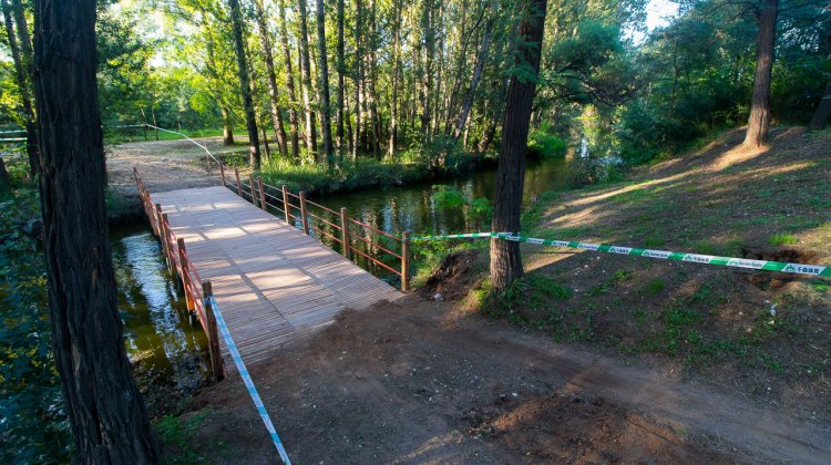 Beautiful wooden bridges criss-cross the placid stream that forms the backbone of the Yanqing course. @ R. Riott / Cyclocross Magazine