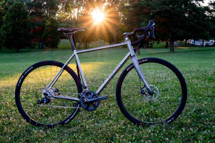 The Otso stainless steel Warakin drop bar cyclocross / gravel bike should be at home on the grass cyclocross course. © Cyclocross Magazine