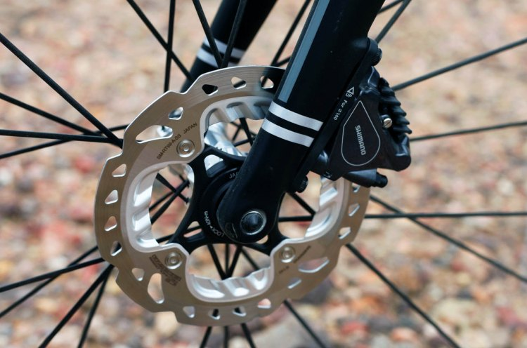 The fork accepts flat mount calipers and is spec'd with a 140mm Shimano Freeza Rotor. © Cyclocross Magazine