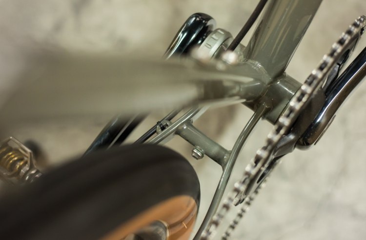 Fender clearance in the rear continues at the chainstay yoke, which integrates a fender eyelet for a more secure fit. © Cyclocross Magazine