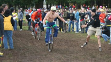 Adam Craig attempts another hand-up just before the line, but Barry Wicks (behind) seized the opportunity to squeak by. TBT: First annual Singlespeed Cyclocross World Championships - SSCXWC 2007. © S. Ransom / Cyclocross Magazine