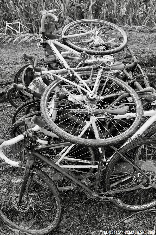 For some, finding their bike was only half the battle. 2016 SSCXWC Women's Finals. © M. Estes / Cyclocross Magazine