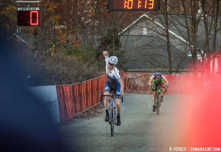 Jack Kisseberth holding off Curtis White at the 2017 Supercross © D. Perker / Cyclocross Magazine