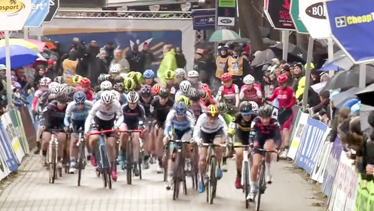 The start was marred by a bad crash at the back. Elite Women, 2017 Krawtencross, Lille. Ijsboerke Ladies Trophy series.