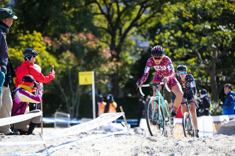 Squid's Kachorek leads teammate Runnels through the sand. 2017 CX Tokyo. © Kei Tsuji