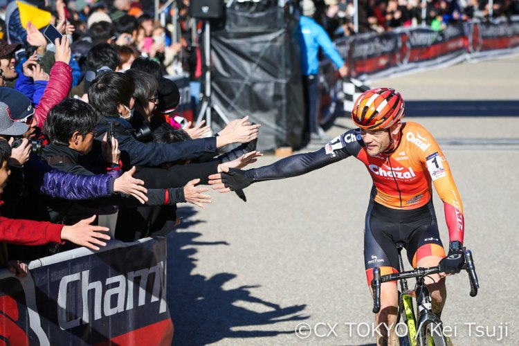 Steven Chainel celebrates his victory with the fans. 2017 CX Tokyo. © Kei Tsuji