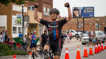 Mat Stephens thought outside the books to get aero to win the 2017 Dirty Kanza gravel race. © Christopher Nichols