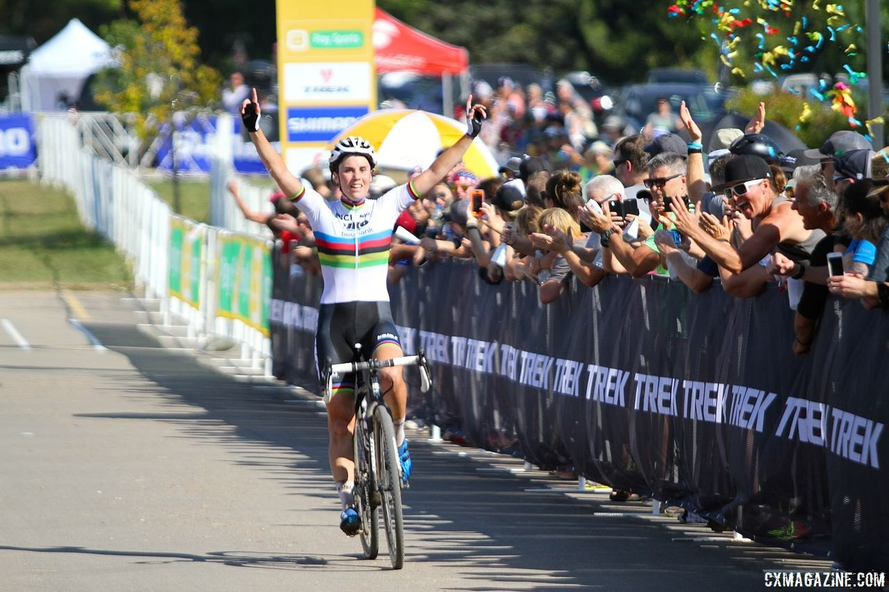 Sanne Cant won at World Cup Waterloo in 2017. 2017 World Cup Waterloo Women.. © D. Mable / Cyclocross Magazine