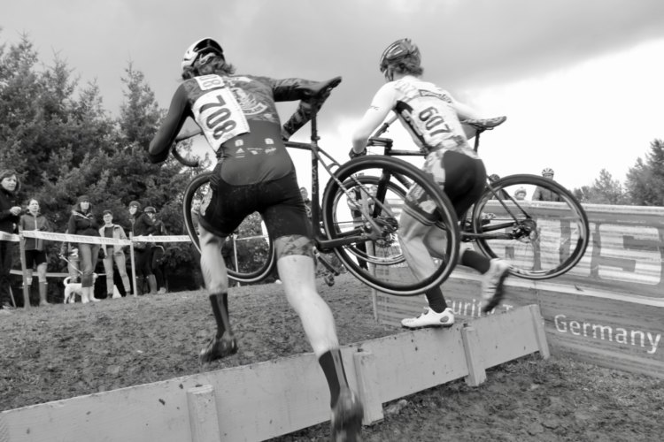 Opening lap we saw Trusty Switchblade Cycling's Ben Guernsey (fellow photographer) and Point S Racing's Steven Beardsley evenly matched. © M. Estes / Cyclocross Magazine