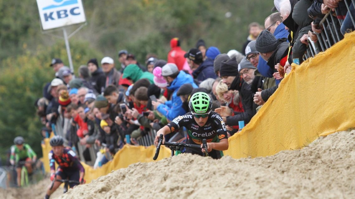 Maud Kaptheijns (Crelan-Charles) appears over the sand as other riders chase her early on. 2017 World Cup Koksijde. © B. Hazen / Cyclocross Magazine