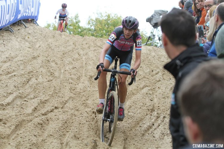 Helen Wyman (Kona Factory Racing) navigates the treacherous sand. 2017 World Cup Koksijde. © B. Hazen / Cyclocross Magazine