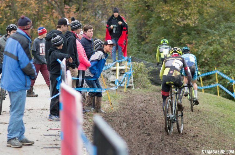 Fans cheer on the leaders of the Junior Men's race on Day 1 of the Cincinnati UCI weekend. © A. Yee / Cyclocross Magazine
