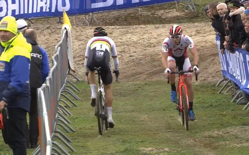 Wout van Aert returns to the pit as Laurens Sweeck rides by. 2017 World Cup Koksijde. Screen capture.