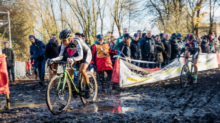 Alice Arzuffi leads Elle Anderson through one of the mud pits. 2017 Flandriencross. © J. Curtes / Cyclocross Magazine