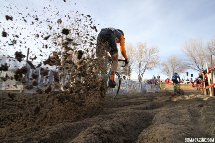 A rider rips through the sand. Men's Singlespeed. 2018 Cyclocross National Championships. © D. Mable/ Cyclocross Magazine