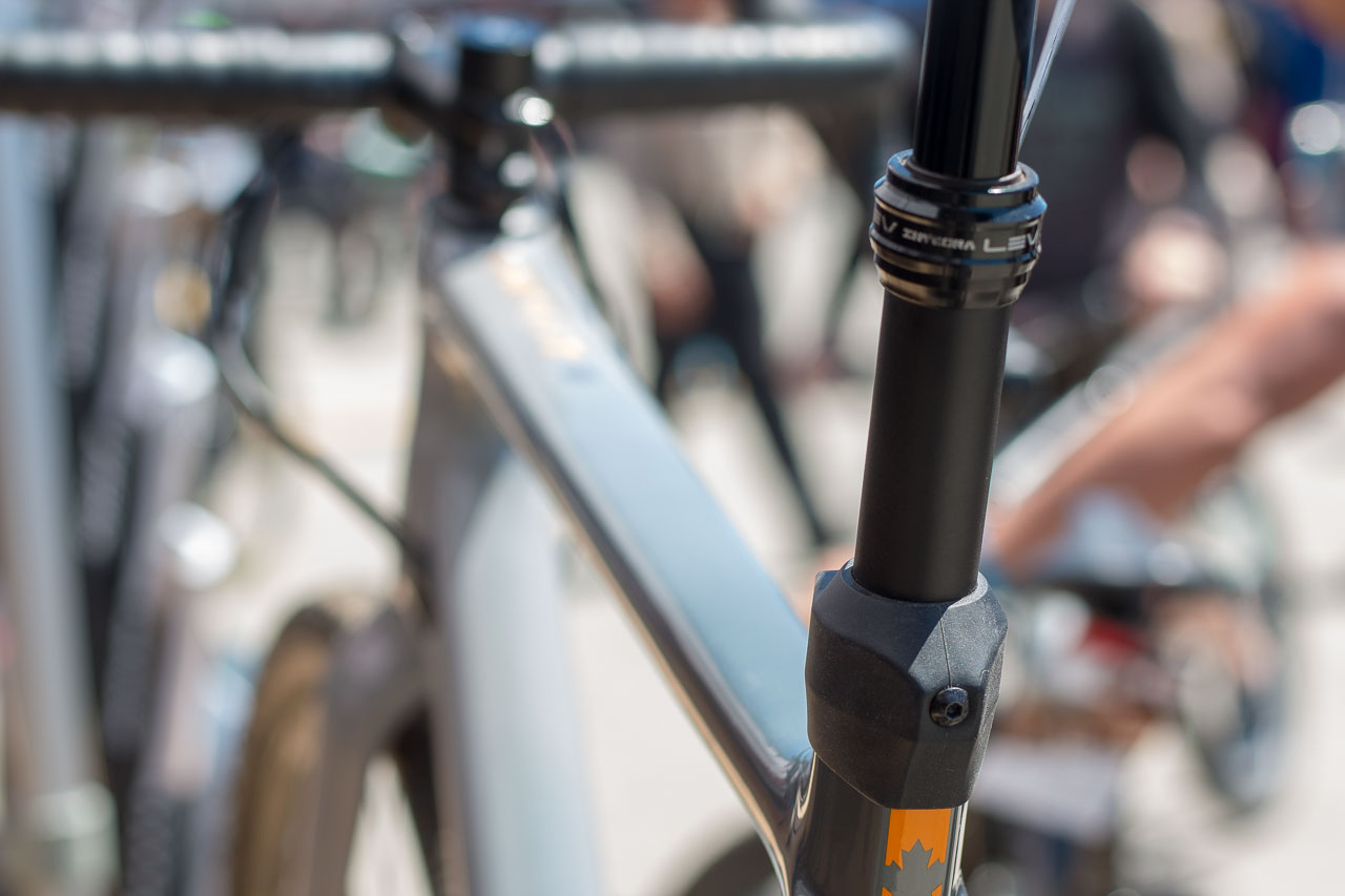 dce7a5ef591 The KS LEV Integra dropper post features internal cable routing controlled  by the SRAM DoubleTap.