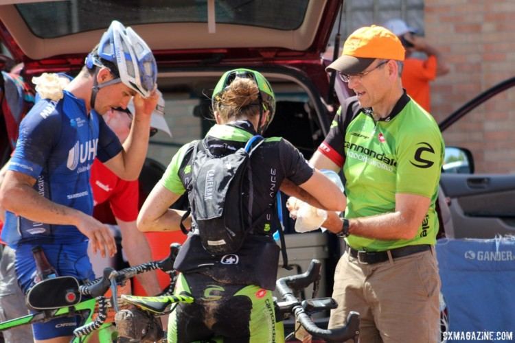 Kaitie Keough had an easy time finding her pit crew with her dad clad in a Cannondale kit. 2018 Dirty Kanza 200. © Z. Schuster / Cyclocross Magazine