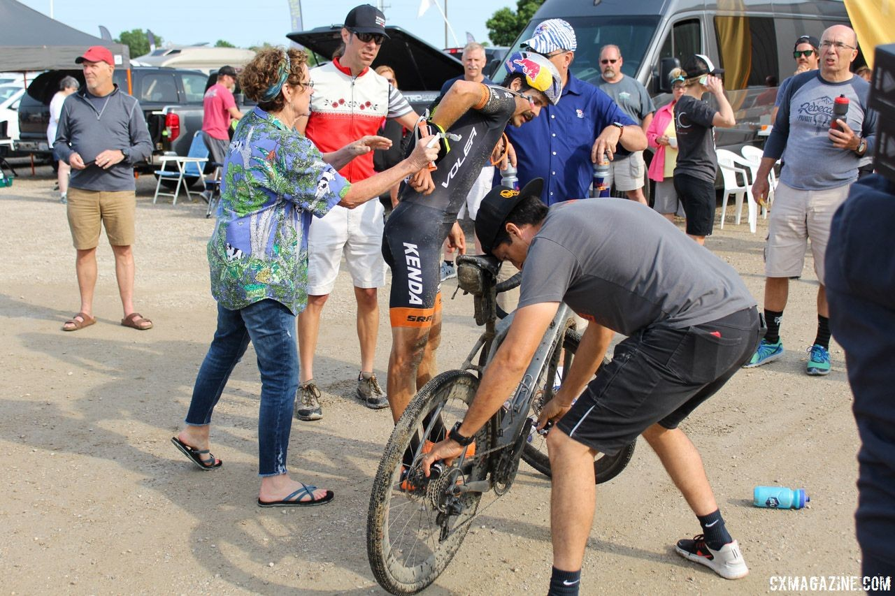 Pit crews can resemble NASCAR teams at times. 2018 Dirty Kanza 200. © Z. Schuster / Cyclocross Magazine