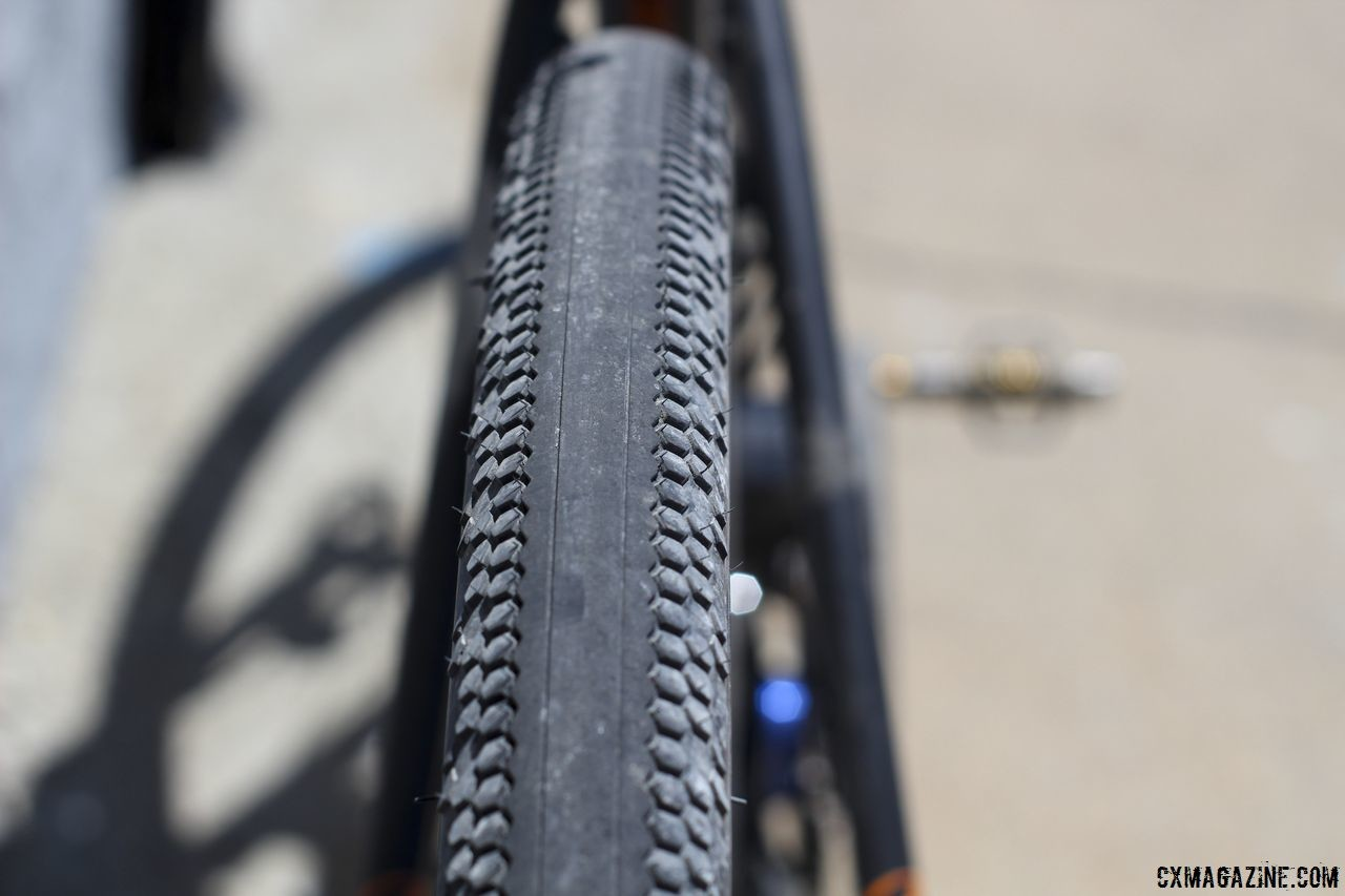 Vittoria's Terreno Zero tire has no tread in the center and minimal knobs on the side. Amanda Nauman's 2018 DK200 Niner RLT 9 RDO. © Z. Schuster / Cyclocross Magazine