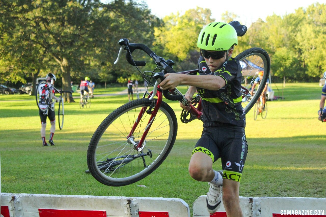 Riders of all ages got to work on dismounting straight to shouldering the bike. 2018 Sven-Nado Clinic, Chicago. © Cyclocross Magazine / Z. Schuster