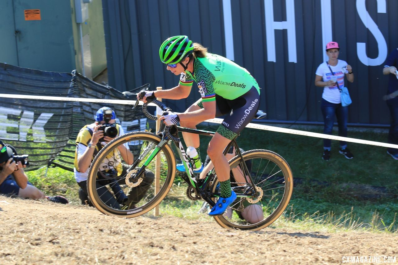Vos stands out on the course thanks to her team colors. 2018 World Cup Waterloo. © D. Mable / Cyclocross Magazine
