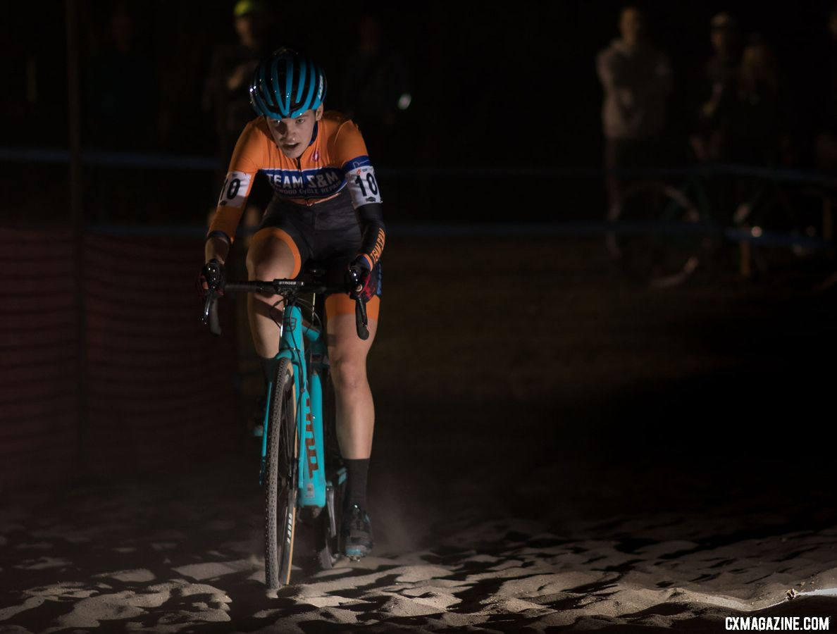 Clara Honsinger through the sand to finish fourth. 2018 Reno Cross women's race. © A. Yee / Cyclocross Magazine