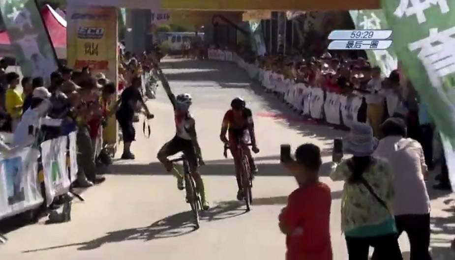 Gosse van der Meer outsprinted Nicholas Samparisi for the (pixelated) win. photo: screen shot