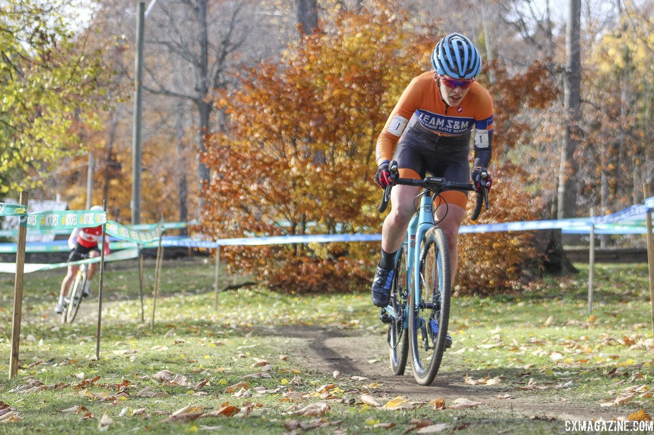 Clara Honsinger held onto a small lead over Ruby West before finally pulling away. 2018 Pan-American Cyclocross Championships, Midland, Ontario. © Z. Schuster / Cyclocross Magazine