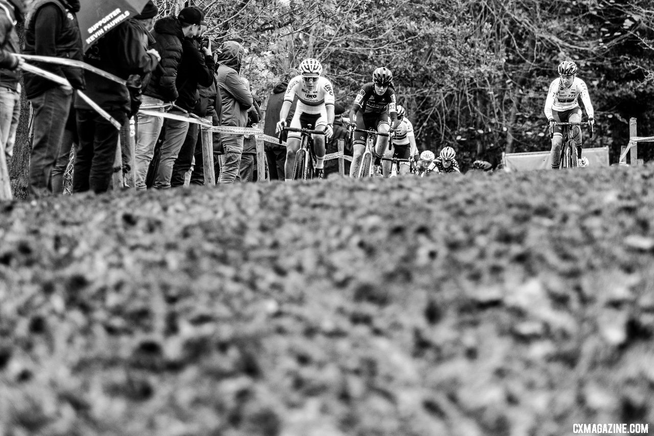 Sanne Cant, Fleur Nagengast and Annemarie Worst race to the first hairpin. 2018 Superprestige Gavere Women. © A. Yee / Cyclocross Magazine