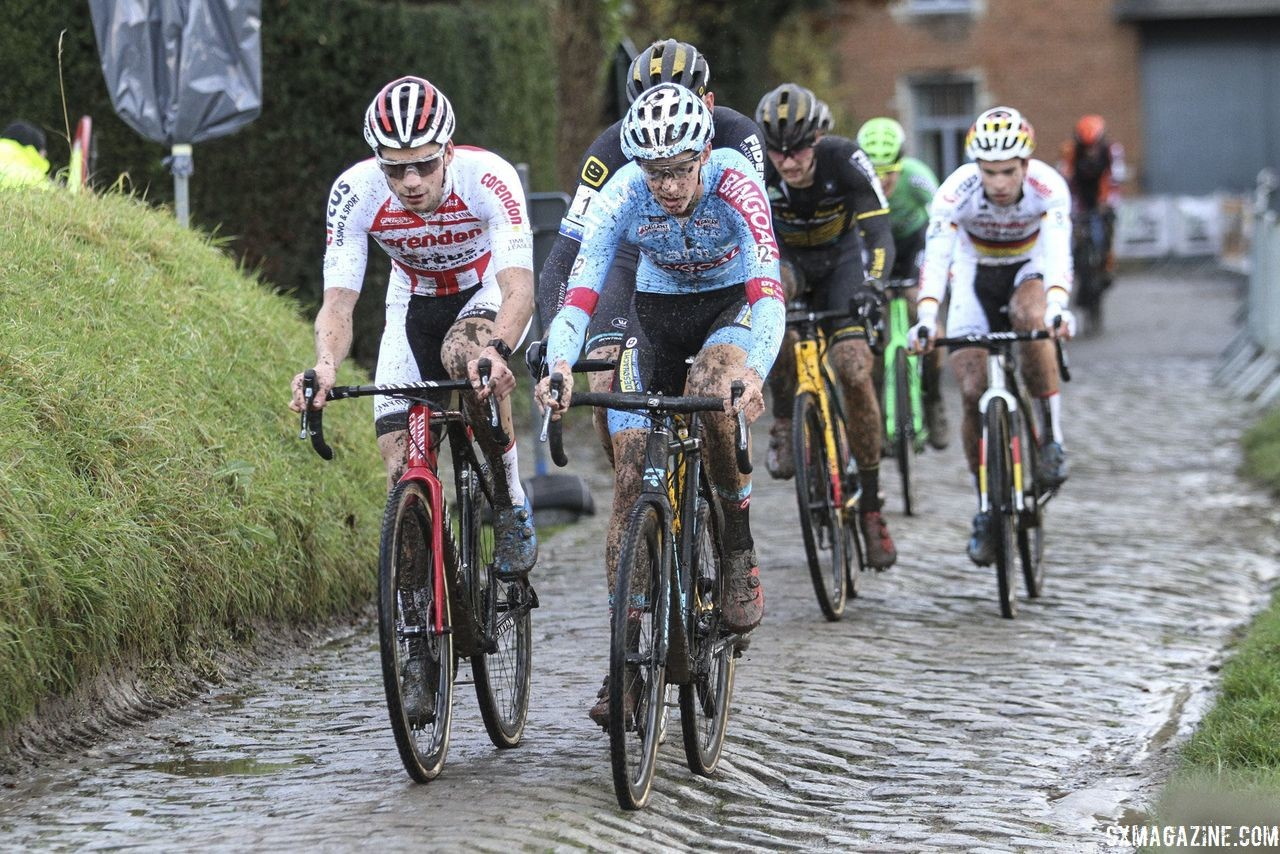 A lead group of six formed in Lap 3. 2018 Vlaamse Druivencross Overijse. © B. Hazen / Cyclocross Magazine
