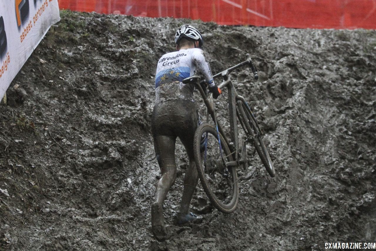 Mathieu van der Poel summits the run-up. 2018 World Cup Namur. © B. Hazen / Cyclocross Magazine