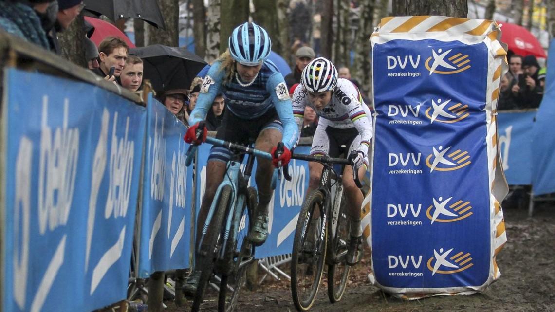 It wasn't Zolder, but the race leaders still had to dodge some trees. 2019 GP Sven Nys, Elite Women - DVV Verzekeringen Trofee. © B. Hazen / Cyclocross Magazine