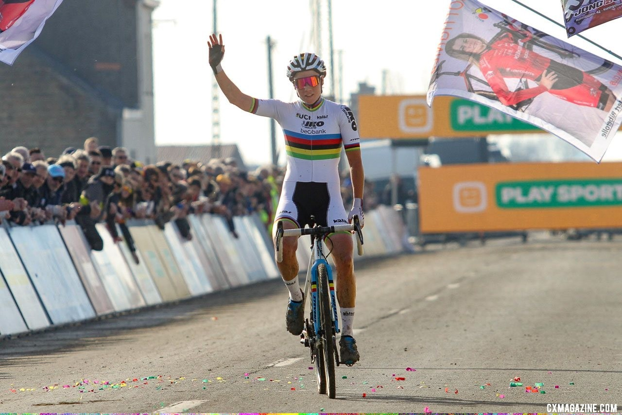 Sanne Cant takes the overall title. 2019 Telenet Superprestige Noordzeecross Middelkerke. Elite Women. © B. Hazen / Cyclocross Magazine