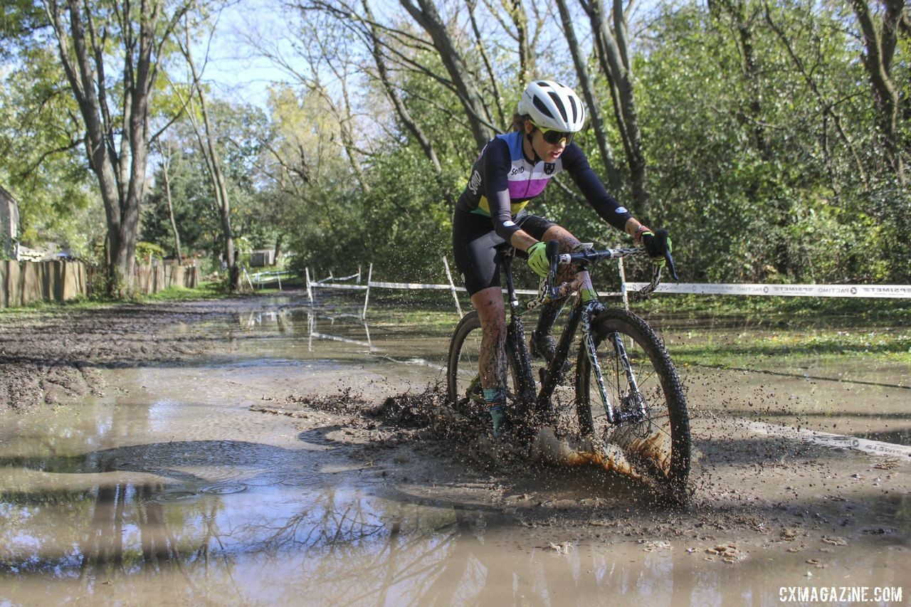 Lindsay Knight splashes through the lake. 2019 Sunrise Park Cyclocross, Chicago Cross Cup. © Z. Schuster / Cyclocross Magazine