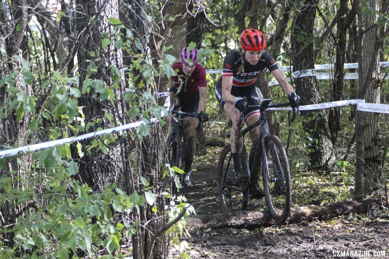 April Beard and Sydney Guagliardo battle at the front of the race. 2019 Sunrise Park Cyclocross, Chicago Cross Cup. © Z. Schuster / Cyclocross Magazine