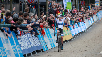 Annemarie Worst celebrates her win at World Cup Bern. © Steffen Müssiggang