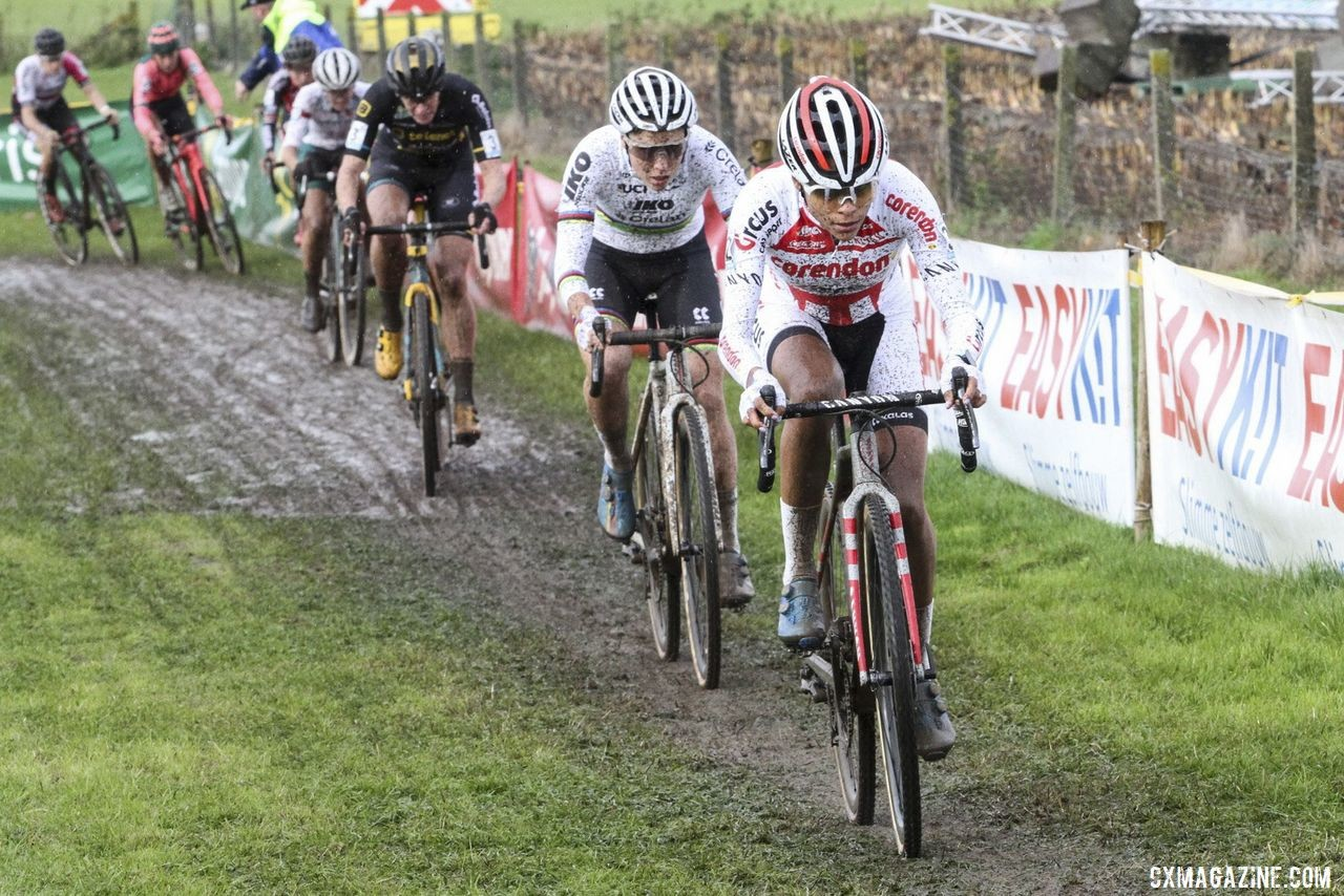 Ceylin Alvarado leads early in the Elite Women's race. 2019 Superprestige Ruddervoorde. © B. Hazen / Cyclocross Magazine