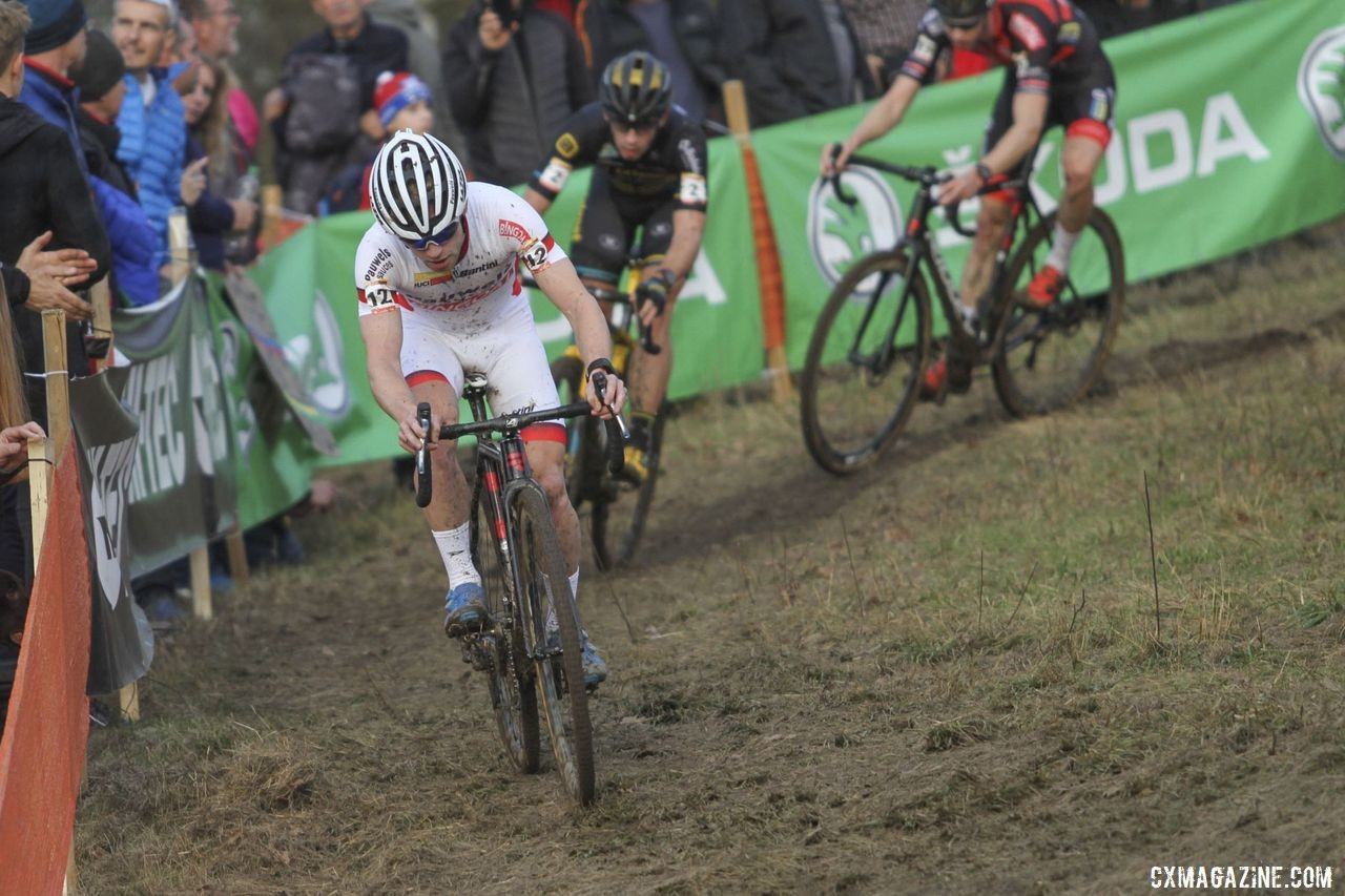 World Cup leader Eli Iserbyt pushes the pace to make it tough for Mathieu van der Poel to catch up. 2019 World Cup Tabor, Czech Republic. © B. Hazen / Cyclocross Magazine