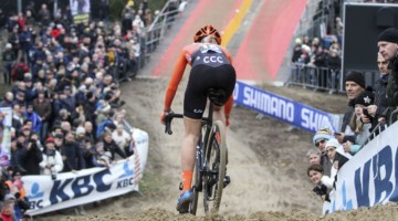 Inge van der Heijden gets set to take one of the sandy plunges. 2019 World Cup Koksijde. © B. Hazen / Cyclocross Magazine