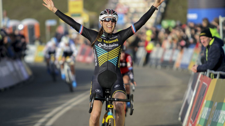 Lucinda Brand celebrates her win. 2020 World Cup Hoogerheide, Netherlands. © B. Hazen / Cyclocross Magazine