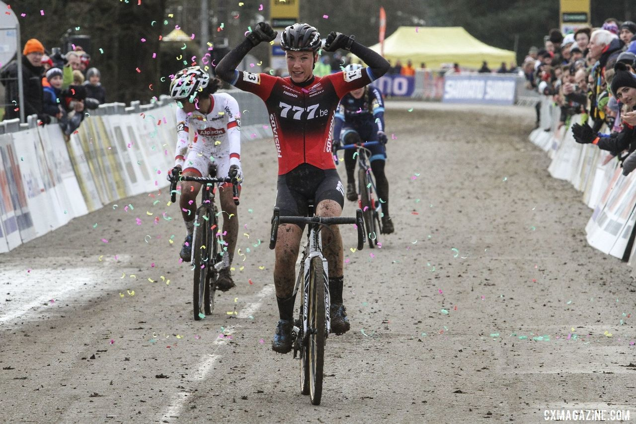 Annemarie Worst took the win in a sprint. 2020 World Cup Nommay. © B. Hazen / Cyclocross Magazine