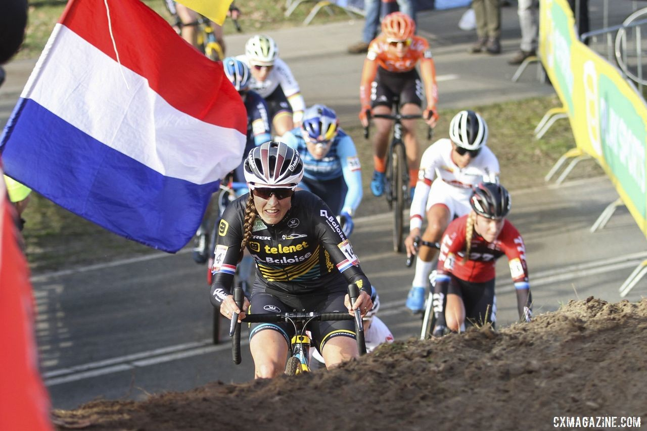 Lucinda Brand leads a group of riders early in the race. 2020 World Cup Hoogerheide, Netherlands. © B. Hazen / Cyclocross Magazine